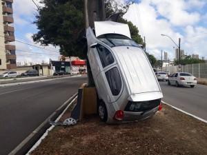carro-no-poste