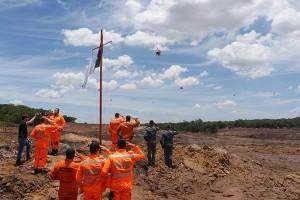 Bombeiros que trabalham nas buscas em Brumadinho, nos arredores de Belo Horizonte, fizeram hoje por volta das 12h40 uma cerimônia de homenagem às vítimas e famílias atingidas pelo rompimento da barragem de rejeito da Mina Córrego do Feijão